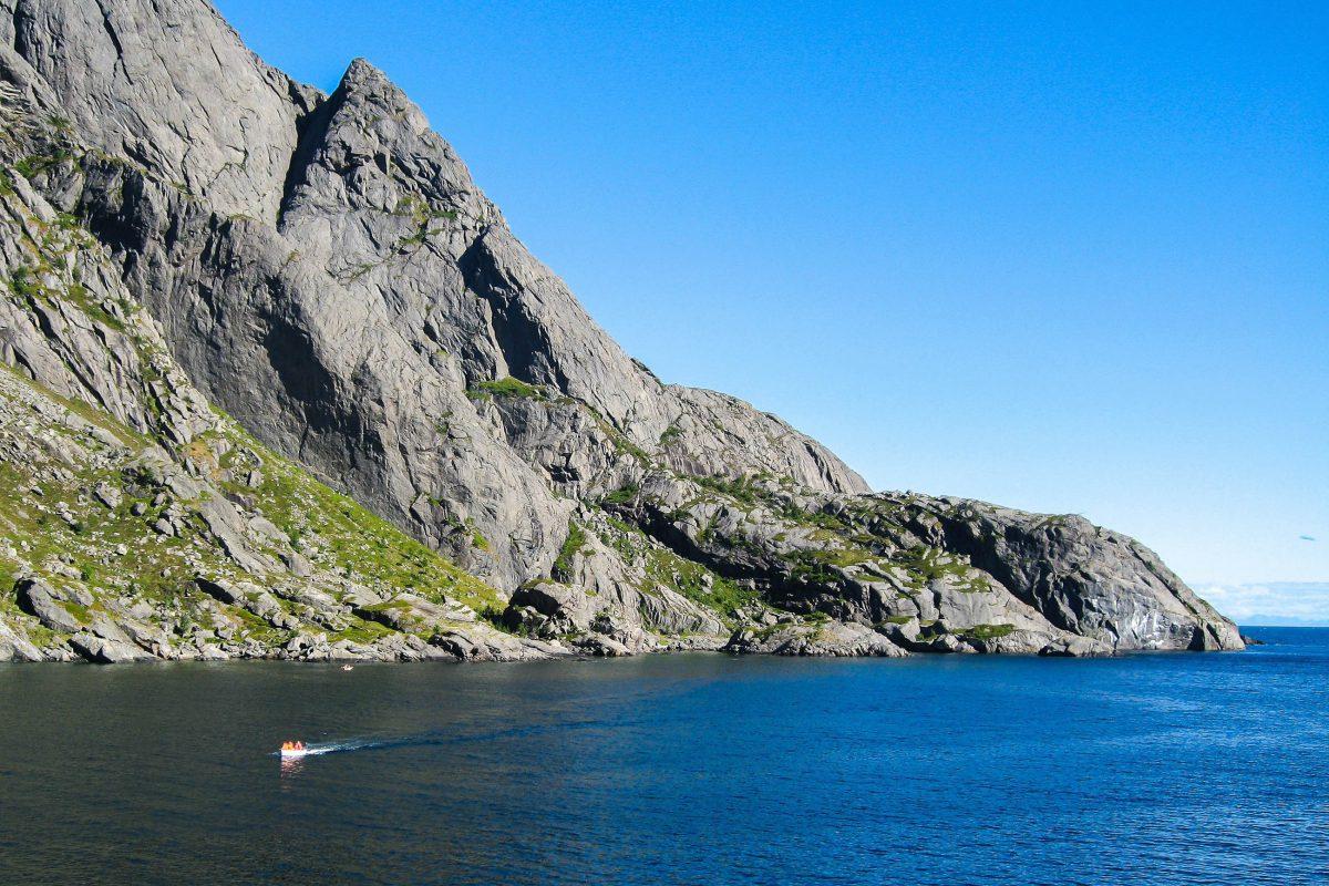 Bootstouren durch die spektakuläre Bergwelt der Lofoten zählen zu den beliebtesten Aktivitäten, die in und um Nusfjord angeboten werden, Norwegen - © FRASHO / franks-travelbox