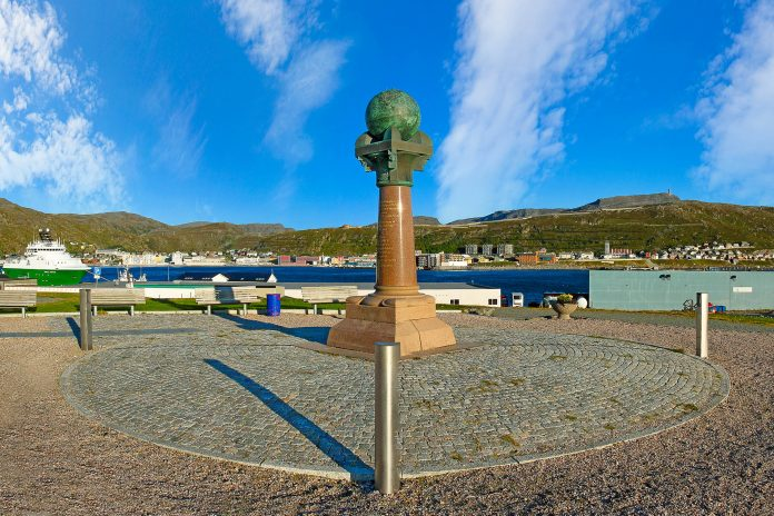 Der Meridianstein im norwegischen Hammerfest markiert den Anfang des Struve-Bogens - © Pecold / Shutterstock