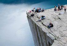 Die Faszination des Preikestolen machen die an drei Seiten fast senkrecht 604 Meter abfallenden Felswände aus, kombiniert mit dem fast außerirdischen Rundblick, Norwegen - © FRASHO / franks-travelbox