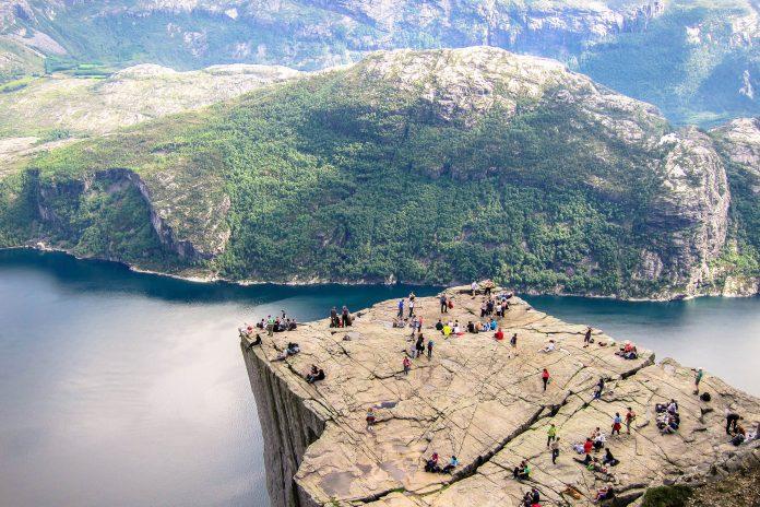 Die Felskanzel Preikestolen, eine der spektakulärsten Naturattraktionen Südnorwegens fällt an drei Seiten fast senkrecht 604 Meter ab - © FRASHO / franks-travelbox