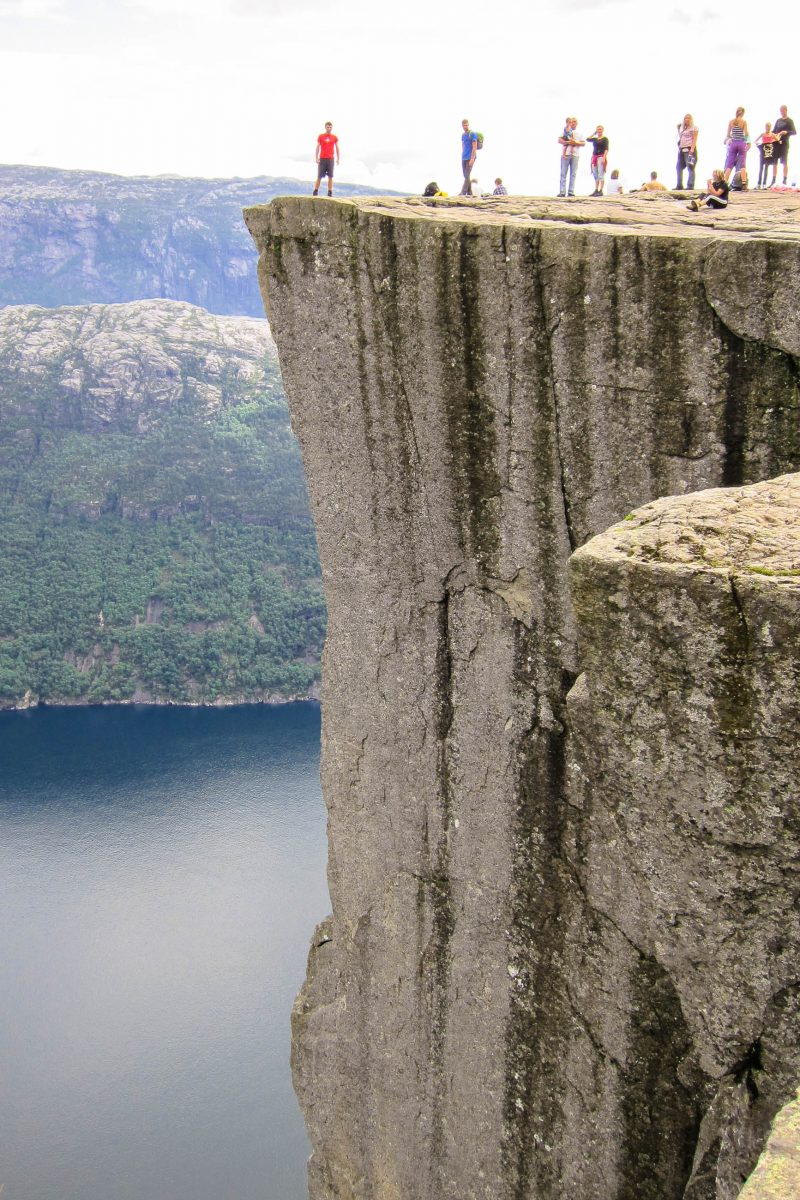 Die Felskanzel Preikestolen fällt an drei Seiten fast senkrecht 604 Meter ab, für einige ein ganz besonderer Adrenalinkick, Norwegen - © FRASHO / franks-travelbox