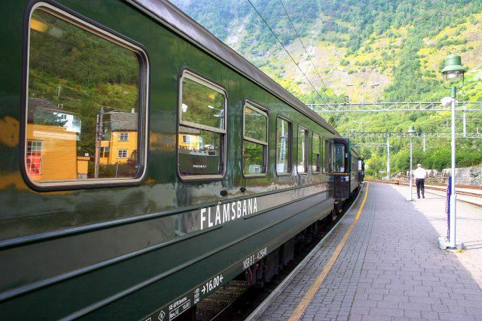 Die Flåmsbahn bringt Passagiere vom Hafen von Flåm durch die atemberaubende Natur Südnorwegens bis ins Gebirge nach Myrdal - © Andrea Seemann / Fotolia