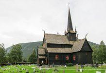Die Kirche von Lom ist eine der größten Stabkirchen Norwegens, wurde im 12. Jahrhundert errichtet und wird geprägt von ihrem hohen spitzen Turm - © FRASHO / franks-travelbox
