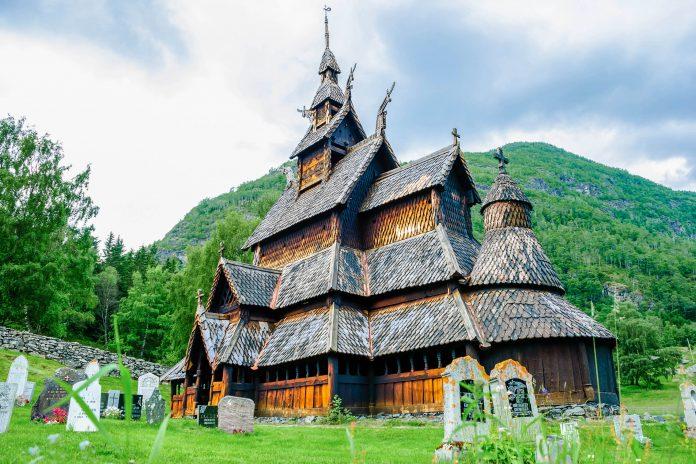 Die Stabkirche von Borgund im Südwesten Norwegens ist eine der bekanntesten, schönsten und meistbesuchten Stabkirchen Norwegens - © Imfoto / Shutterstock