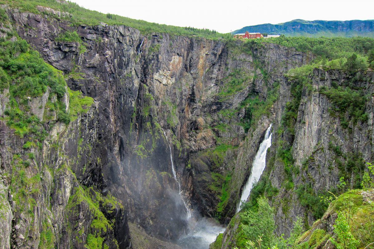 Panoramablick auf den Wasserfall Vøringfossen, den drittgrößten Wasserfall Norwegens, oben im Bild das Hotel Fossil - © FRASHO / franks-travelbox