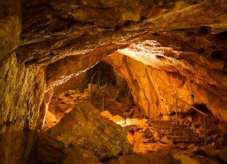 Abenteuerlustige können an Führungen durch die Mammuthöhle teilnehmen, auf denen sie abseits der üblichen Touristenpfade erforscht wird, Österreich - © James Camel / franks-travelbox