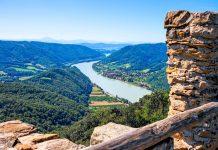 Ausblick auf die Donau in der malerischen Wachau von der Ruine Aggstein aus, Österreich - © slavapolo / Shutterstock