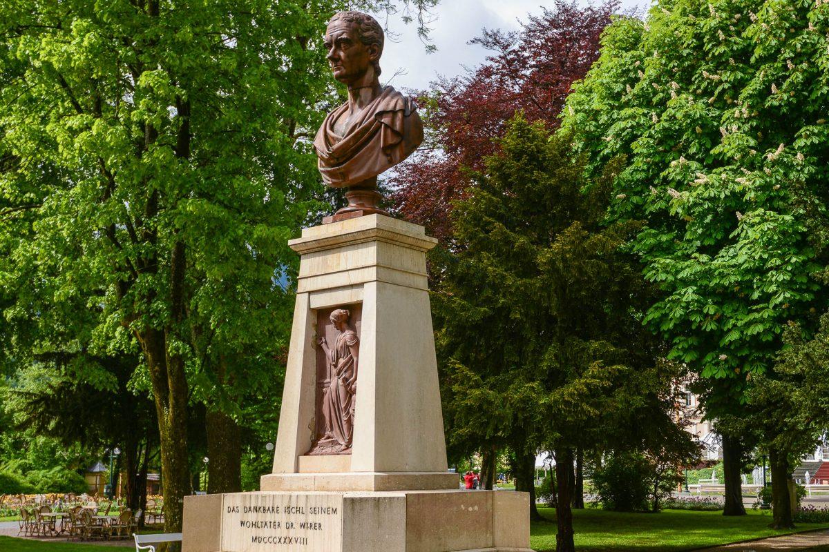 Denkmal von Dr. Wirer im Stadtpark von Bad Ischl, der Bad Ischl Anfang des 19. Jahrhunderts zum erfolgreichen Kurort machte, Österreich - © James Camel / franks-travelbox