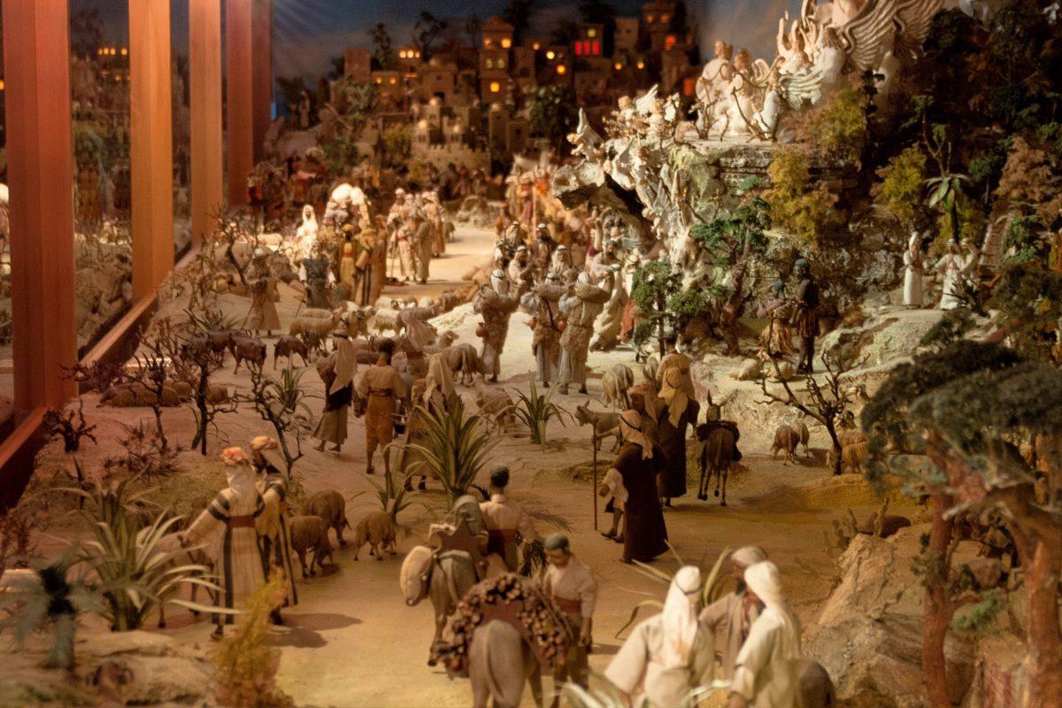 Die Große Krippe in Christkindl, Oberösterreich, zählt mit 778 geschnitzten Figuren zu den größten Weihnachtskrippen der Welt - © James Camel / franks-travelbox