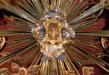 In der Wallfahrtskirche von Christkindl ist am golden verzierten Hochaltar die Figur aus der Gründungslegende des Wallfahrtsortes zu sehen, Österreich - © James Camel / franks-travelbox