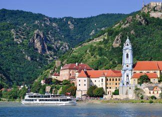 Der malerische Ort Dürnstein liegt direkt an der Donau in der Wachau, Österreich - © travelpeter / Fotolia