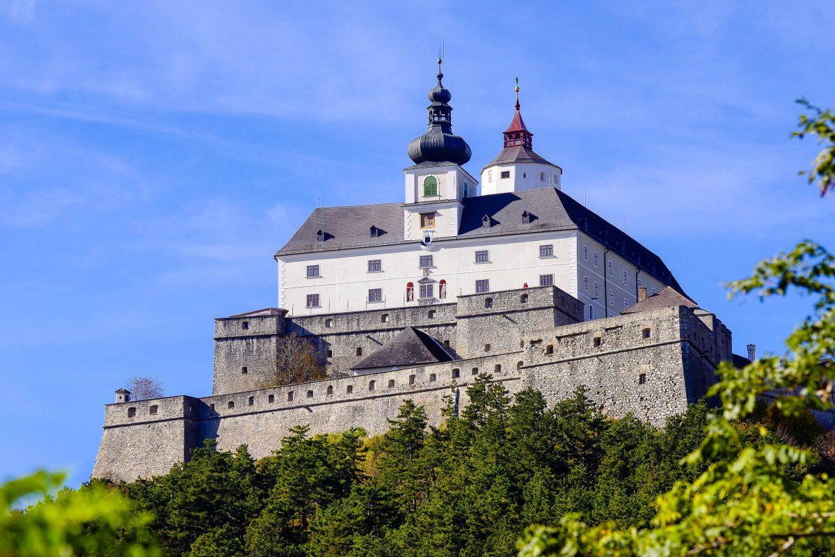 Die Burg Forchtenstein zählt zu den beliebtesten Ausflugszielen rund um den Neusiedlersee, Österreich - © fritz16 / Shutterstock