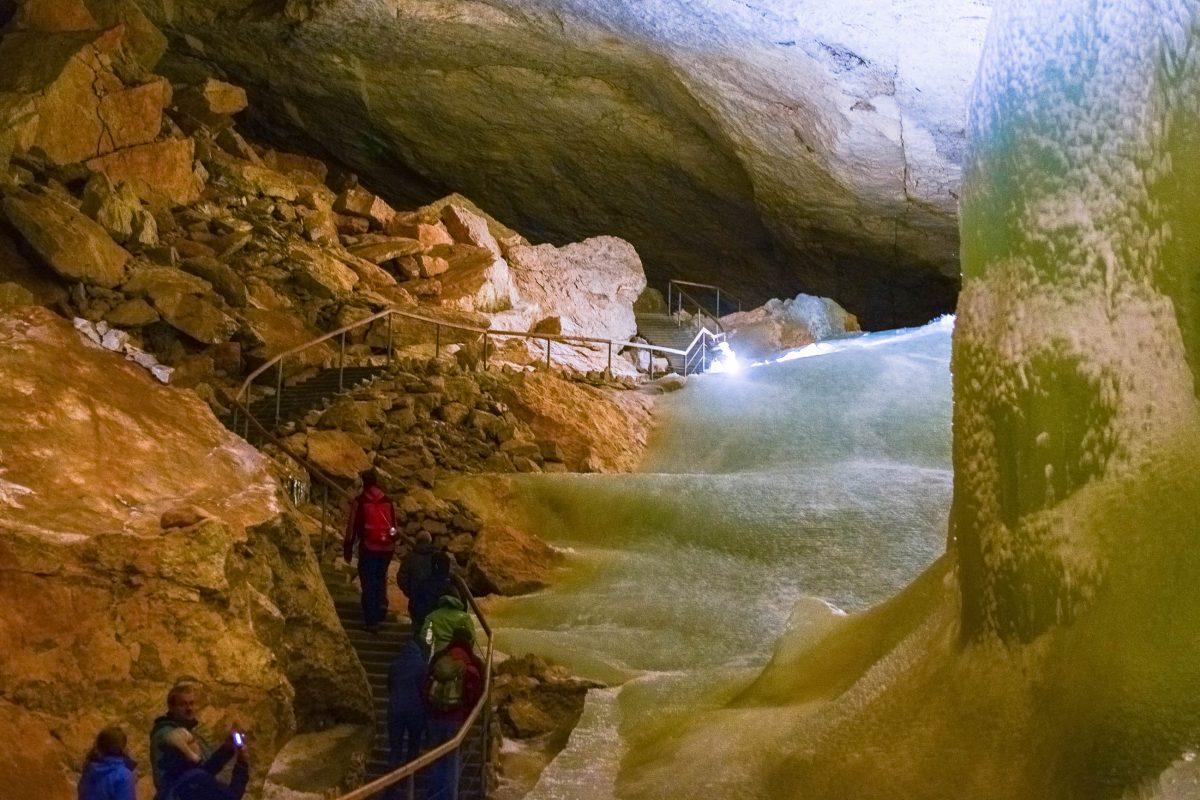 Die Eishöhle kann üblicherweise von Anfang Mai bis Ende Oktober im Zuge von geführten Touren besichtigt werden, Dachstein-Eishöhle, Österreich - © James Camel / franks-travelbox