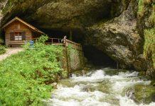 Die Koppenbrüllerhöhle liegt in der Nähe von Obertraun, ist bequem zu besichtigen und bietet vor allem nach starkem Regen eine eindrucksvolle Kulisse, Österreich - © James Camel / franks-travelbox