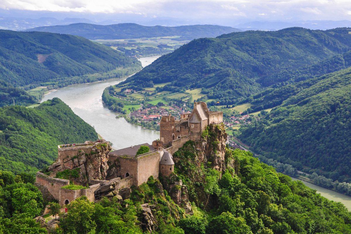 Die mittelalterliche Burgruine Aggstein mit Wehrtürmen, Schießscharten, Rittersälen, Verliesen und Raubritter-Relikten ist eine faszinierende Attraktion in der Wachau, Österreich - © yetishooter / Fotolia