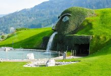Die Swarovski Kristallwelten in Wattens, Tirol, entführen den Besucher in eine von Andrè  Heller entworfene atemberaubende Fantasiewelt aus Glas und Licht, Österreich - © Kurkul / Shutterstock