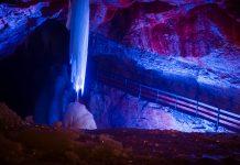 Eisberge, gefrorene Wasserfälle und glitzernder Raureif an der Decke werden durch die spektakuläre Beleuchtung noch besser in Szene gesetzt, Dachstein-Eishöhle, Österreich - © James Camel / franks-travelbox