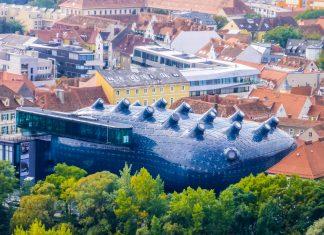 Das Kunsthaus in Graz zeigt zeitgenössische Werke aus den letzten 50 Jahren; der architektonisch auffällige Bau selbst ist ein Kunstwerk für sich, Österreich - © Lila Pharao / franks-travelbox