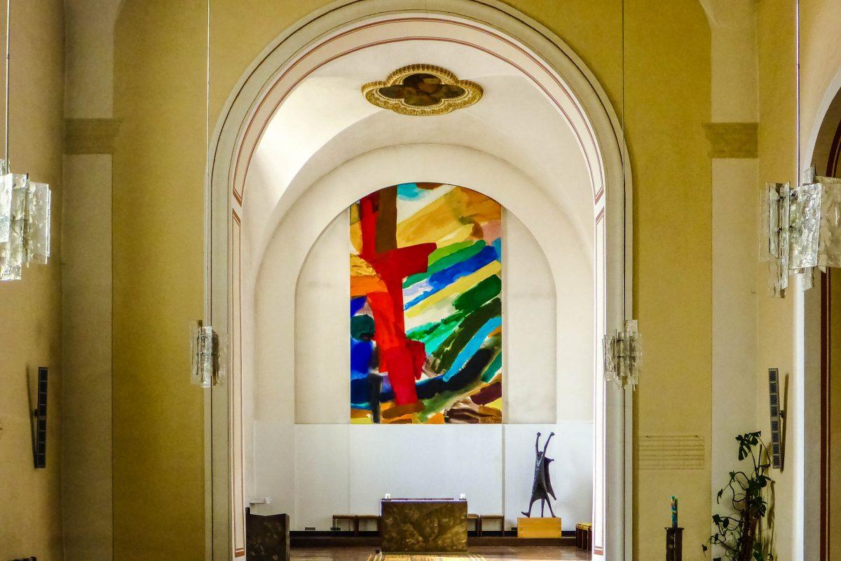 Das schlichte Gelb und Weiß der Wände wird in der Stiegenkirche nur durch ein farbenfrohes, modernes Altarbild unterbrochen, Österreich - © Lila Pharao / franks-travelbox