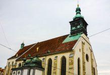 Der grün-kupferne Kirchturm des Grazer Doms ragt unübersehbar aus dem ziegelroten Dächermeer der Grazer Altstadt, Österreich - © Lila Pharao / franks-travelbox