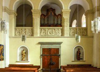 Der Kirchenraum der Stiegenkirche ist erfrischend anders und modern gestaltet, von den Figuren über die Luster bis zum Kreuzweg, Graz, Österreich - © Lila Pharao / franks-travelbox
