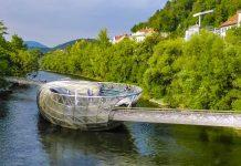 Die Murinsel liegt genau in der Luftlinie zwischen dem Grazer Schlossberg und dem Kunsthaus, Österreich - © Lila Pharao / franks-travelbox