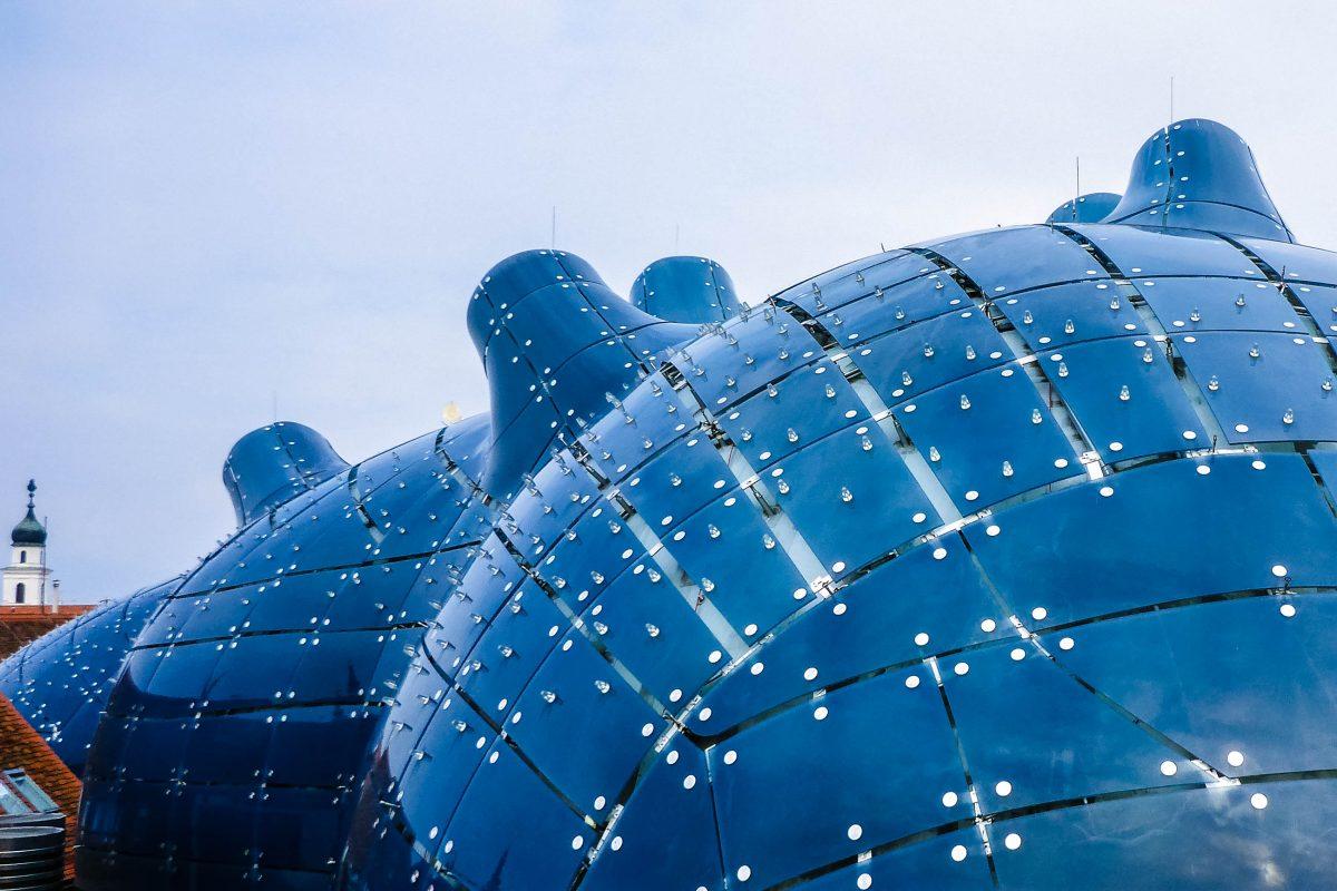 """Die runden, biomorphen Formen des Kunsthauses, der so genannten """"Blob-Architektur"""" sollten absichtlich das ziegelrote Dächermeer von Graz aufbrechen, Österreich - © Lila Pharao / franks-travelbox"""