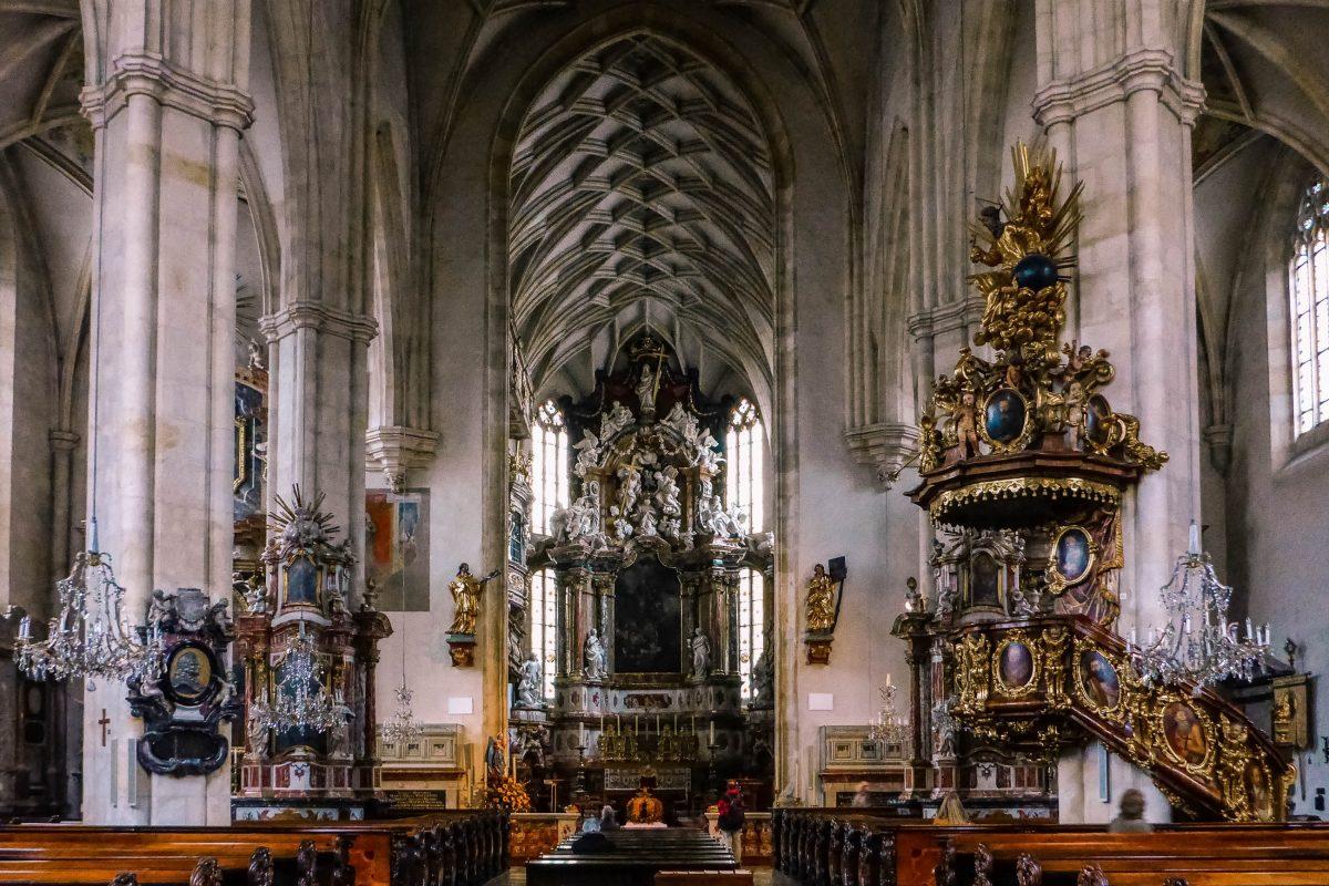 Im Grazer Dom erstrahlen Hochaltar, Kanzel, Chor und Orgel in einer barocken Pracht aus Stuckarbeit, Skulpturen und Goldverzierungen, Graz, Österreich - © Lila Pharao / franks-travelbox