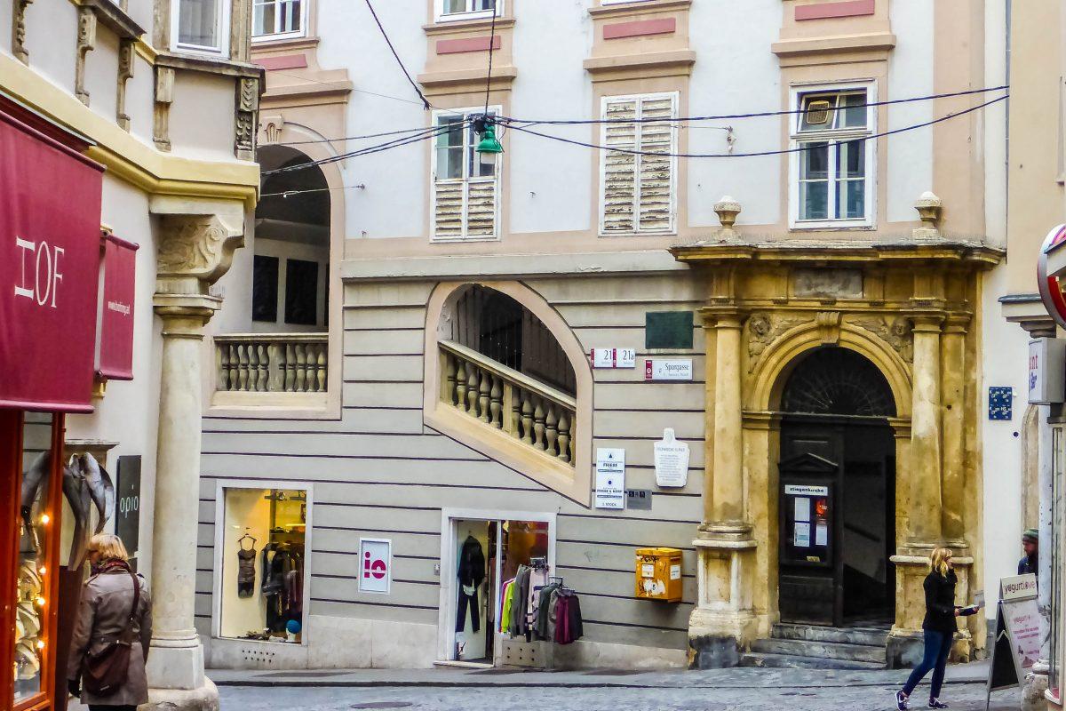 Wer in Graz in der Sporgasse, an der Ecke zur Hofgasse steht, wird kaum glauben, dass sich ganz in seiner Nähe der Eingang zu einer Kirche befindet, Österreich - © Lila Pharao / franks-travelbox