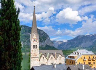 Der spitze Turm der evangelischen Kirche von Hallstatt, Österreich, ist weit über den Hallstätter-See sichtbar - © James Camel / franks-travelbox