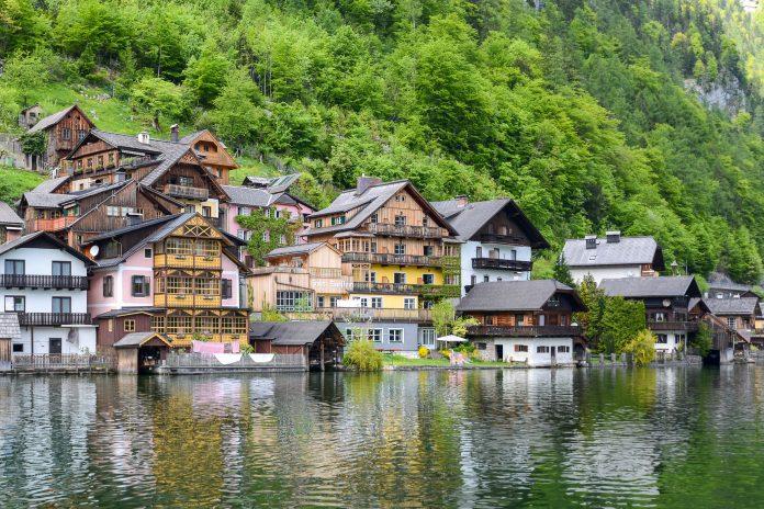 Hallstatt liegt im österreichischen Bundesland Oberösterreich im Salzkammergut und hat aufgrund seiner Geschichte weltweite Berühmtheit erlangt, Österreich - © James Camel / franks-travelbox