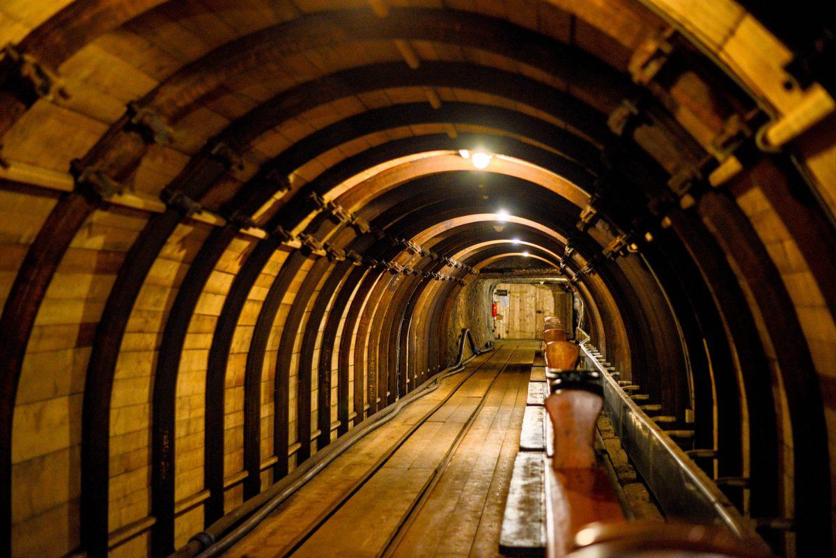 Wieder ans Tageslicht geht es aus den Salzwelten von Hallstatt mit einem waschechten Grubenhund, einem kleinen Holzzug, der Bergarbeiter wieder nach draußen befördert, Österreich - © James Camel / franks-travelbox