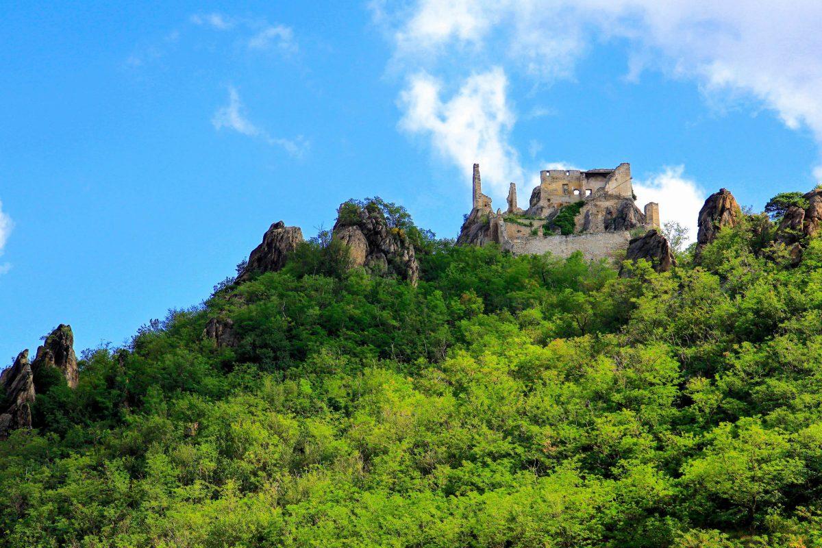 In der Burg von Dürnstein aus dem 12. Jahrhundert wurde bereits Richard Löwenherz gefangen gehalten, Wachau, Österreich - © SASIMOTO / Shutterstock