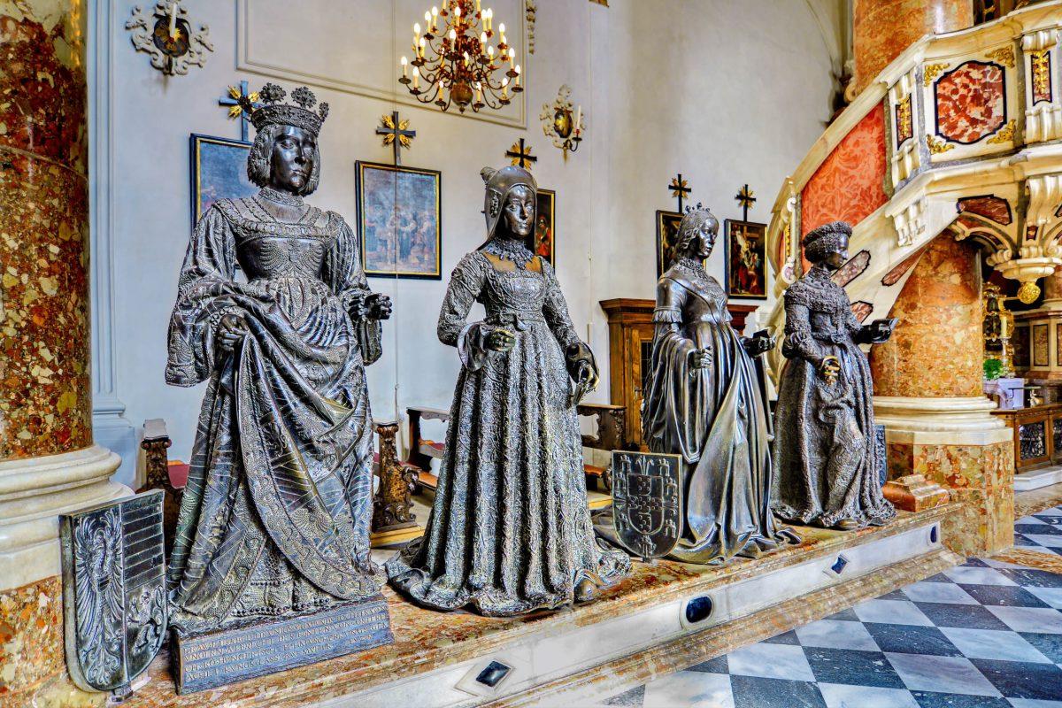Aufgrund der 28 schwarzen Bronzestatuen um das leere Grabmal von Kaiser Maximilian I. wird die Hofkirche von Innsbruck, Österreich, auch Schwarzmander-Kirche genannt - © dnaveh / Shutterstock