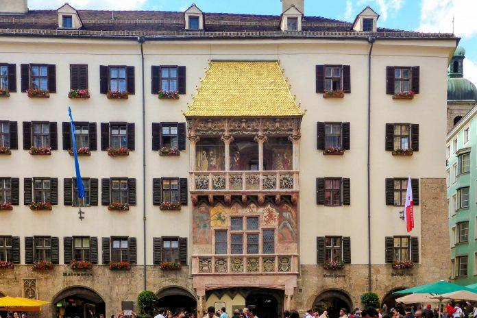 Das Goldene Dachl im Zentrum der Stadt ist als Wahrzeichen von Innsbruck weithin bekannt, Österreich - © Lila Pharao / franks-travelbox