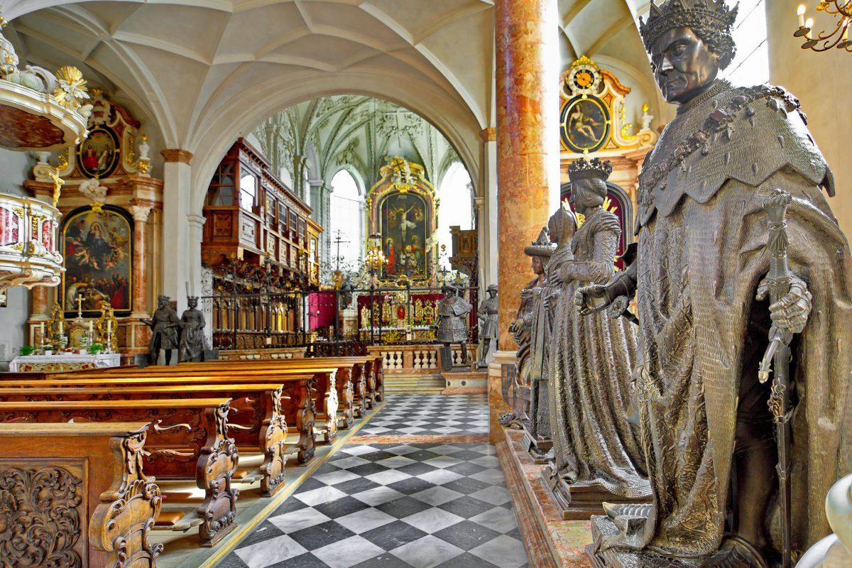 Das Innere der Hofkirche in Innsbruck, Österreich, bildet mit Gemälden, Holzschnitzereien und Stuckarbeiten ein meisterhaftes Gesamtkunstwerk - © dnaveh / Shutterstock
