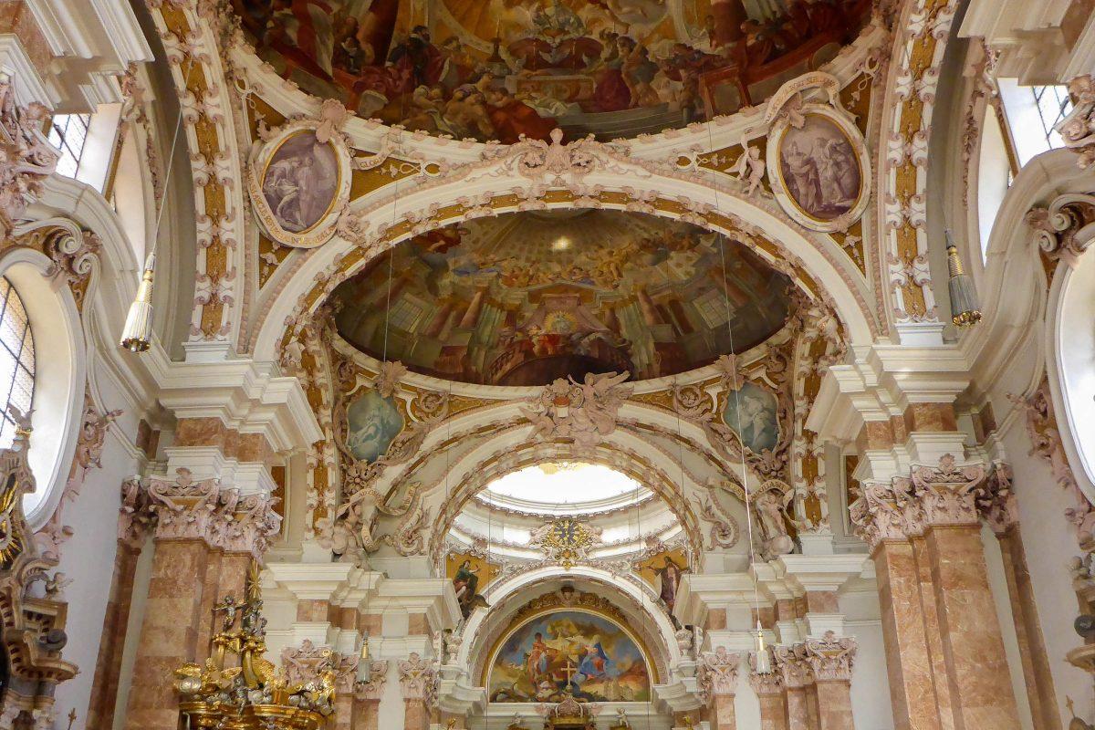 Das Innere des Innsbrucker Doms ist mit meisterhaften Fresken, Figuren, Stuckarbeiten, Säulen und Marmorplatten versehen, Österreich - © Lila Pharao / franks-travelbox
