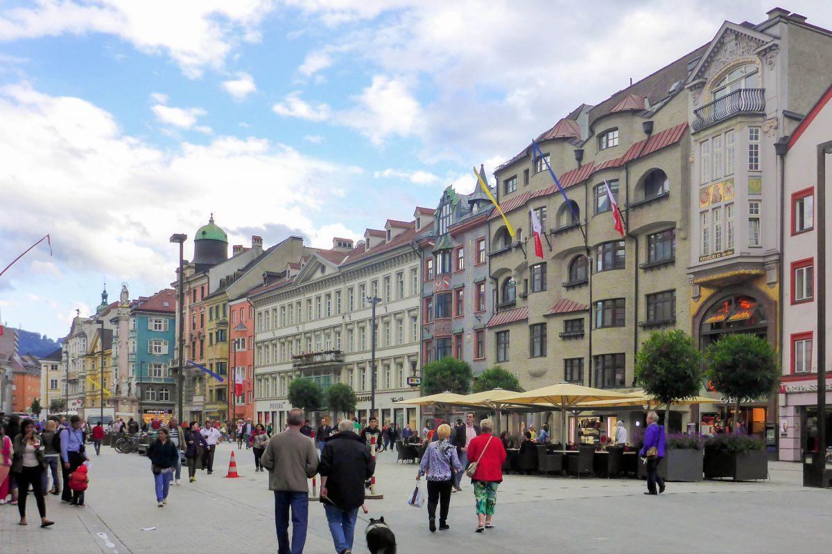 Das Neue Rathaus in der Maria-Theresien-Straße in Innsbruck, Österreich, ist in drei Barockbauten des ehemaligen Palais Künigl untergebracht - © Lila Pharao / franks-travelbox