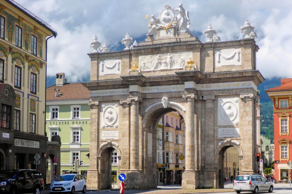 Die eindrucksvolle Triumphpforte im Zentrum von Innsbruck stellt das Eingangstor zur sehenswerten Maria-Theresien-Straße dar, Österreich - © Lila Pharao / franks-travelbox