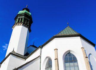Die Hofkirche von Innsbruck, Österreich, macht von außen einen eher unscheinbaren Eindruck, der durch ihr prächtiges Inneres jedoch sofort revidiert wird - © mr_coffee / Shutterstock
