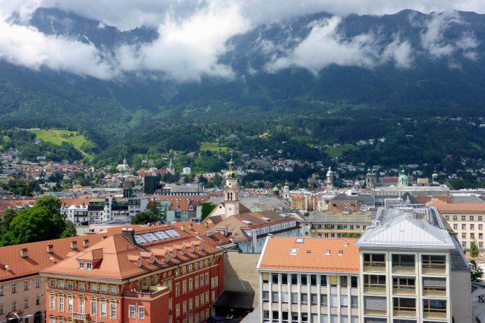 Die Landeshauptstadt Innsbruck liegt inmitten der Tiroler Alpen an den Ufern des Inn und bietet sowohl alpines als auch urbanes Flair, Österreich - © Lila Pharao / franks-travelbox