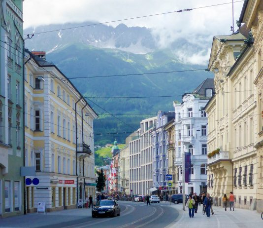 Die Maria-Theresien-Straße in der Altstadt von Innsbruck ist eine der sechs bedeutendsten Einkaufsstraßen von Österreich - © Lila Pharao / franks-travelbox