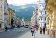 Die Maria-Theresien-Straße in der Altstadt von Innsbruck wurde im 13. Jahrhundert angelegt und 1873 nach der Habsburger-Kaiserin benannt, Österreich - © Lila Pharao / franks-travelbox