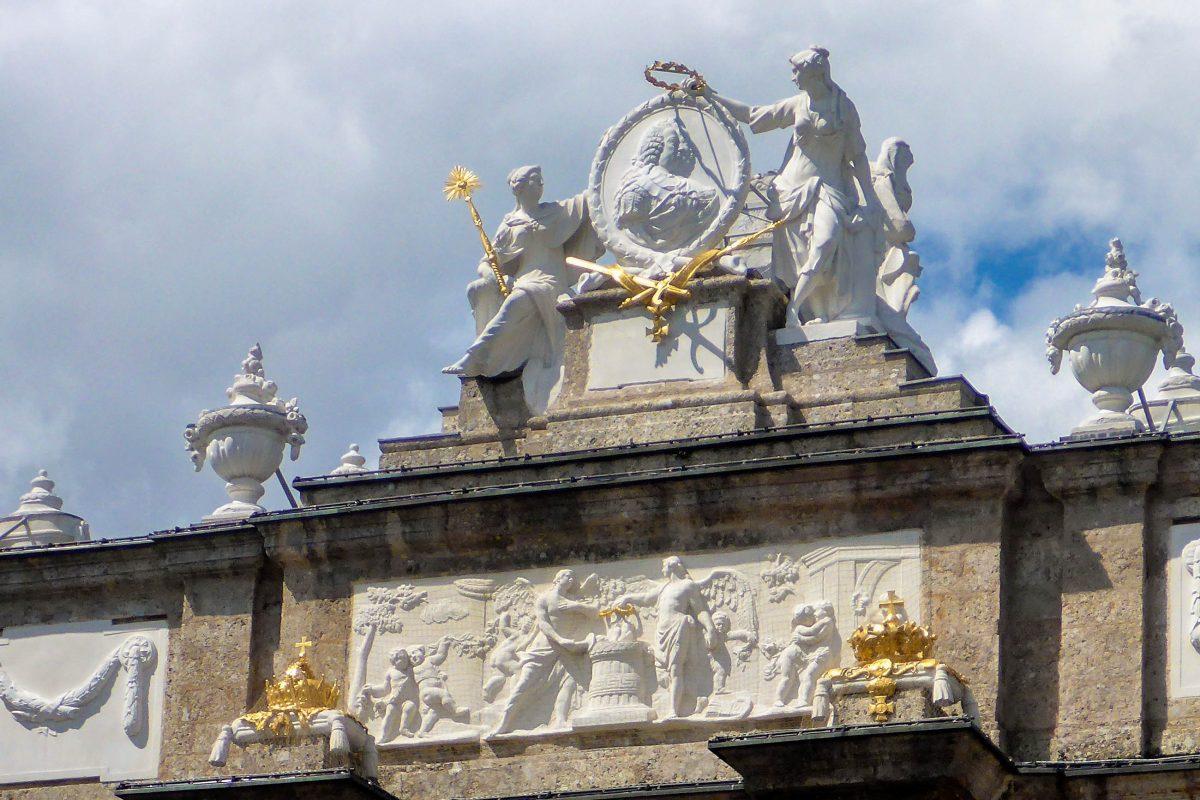 Die Marmorreliefs auf der Triumphpforte in Innsbruck, Österreich, thematisieren Liebe und Tod im Habsburgerreich - © Lila Pharao / franks-travelbox