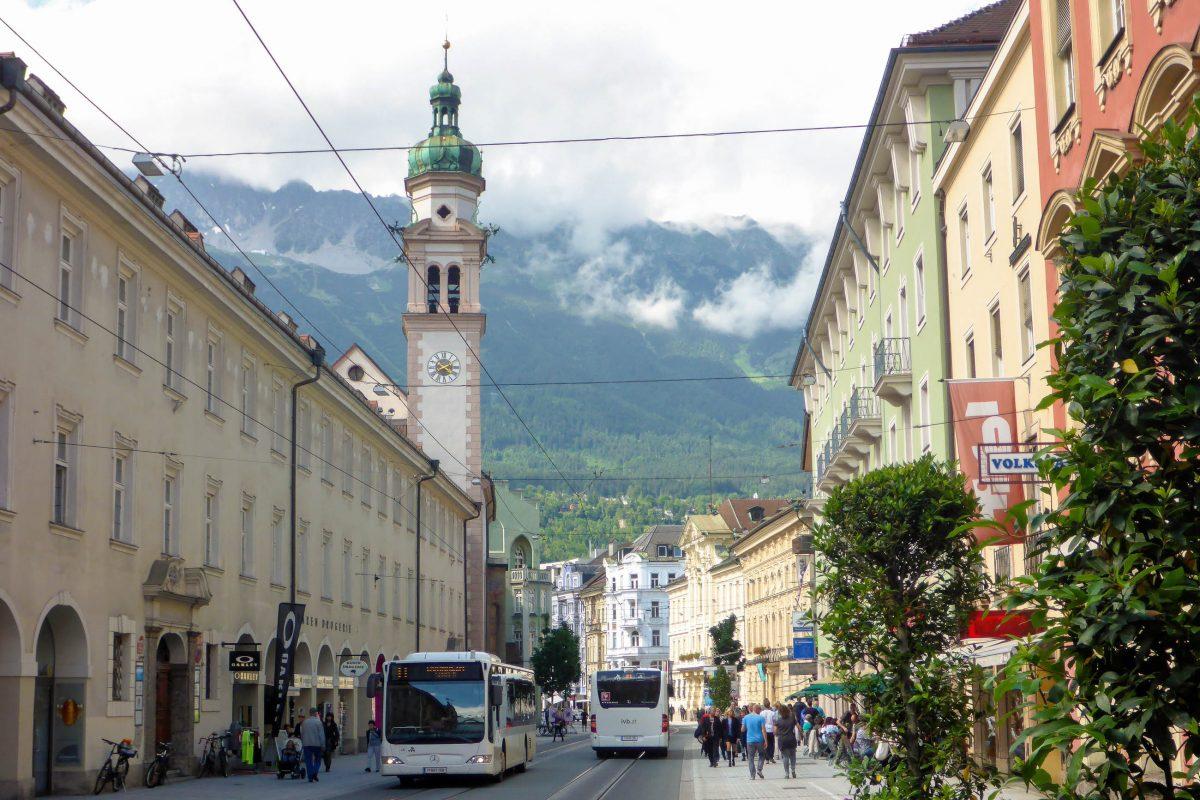 Die Servitenkirche mit angeschlossenem Kloster in der Innsbrucker Maria-Theresien-Straße beherbergt bis heute den Serviten-Orden, Österreich - © Lila Pharao / franks-travelbox