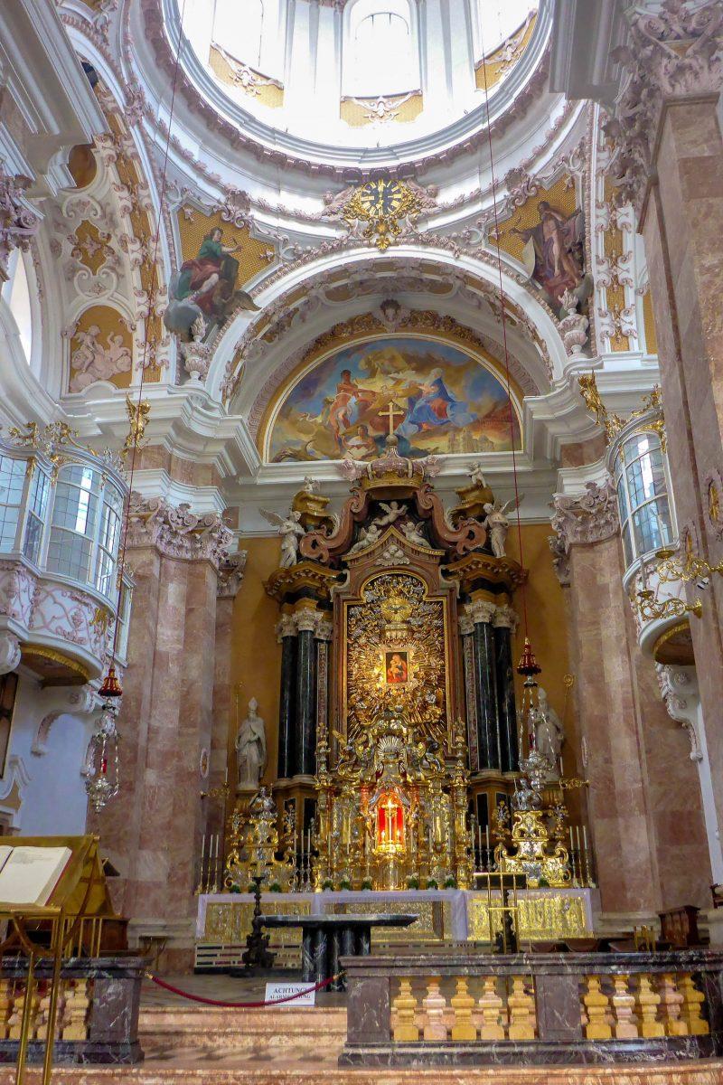 Im Zentrum des Hochaltars im Innsbrucker Dom befindet sich heute noch das berühmte Gnadenbild von Lucas Cranach, Österreich - © Lila Pharao / franks-travelbox