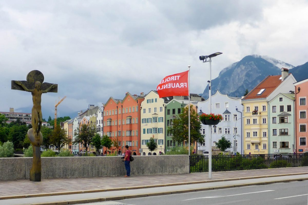 Von der Innbrücke fällt der Blick auf die farbenfrohen Bauten am Ufer des Inn, die zu den berühmtesten Postkartenmotiven von Innsbruck zählen, Österreich - © Lila Pharao / franks-travelbox