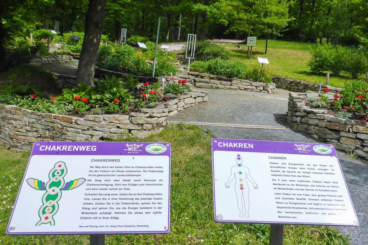 """Am """"Chakrenweg"""" der Maissauer Amethyst-Welt sind die sieben Energiezentren des Körpers mit Pflanzen veranschaulicht, Österreich - © Lila Pharao / franks-travelbox"""