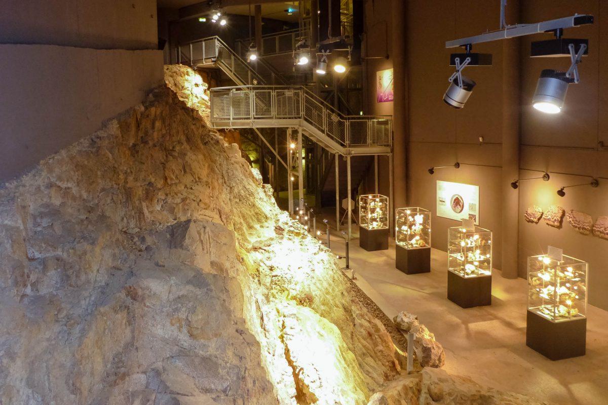 Im 12m tiefen und 40m langen Schaustollen der Amethyst-Welt in Maissau kann die weltgrößte Bänder-Amethyst-Ader bestaunt werden, Österreich - © Lila Pharao / franks-travelbox