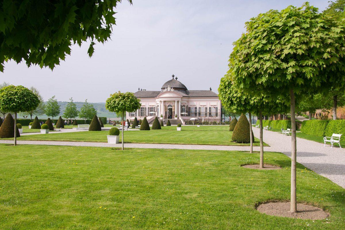 Der barocke Pavillon im Garten von Stift Melk stammt aus dem 18. Jahrhundert erbaut und beherbergt heute ein nach wie vor mit kunstvollen Fresken geschmückte Café, Österreich - © James Camel / franks-travelbox